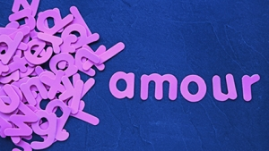 """""""Amour"""" sur ardoise avec lettres de l'alphabet en vrac"""